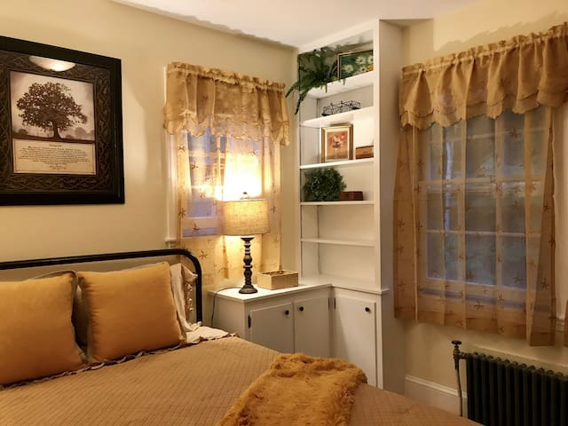 Quaint 2 bedroom Suite on Paris Hill