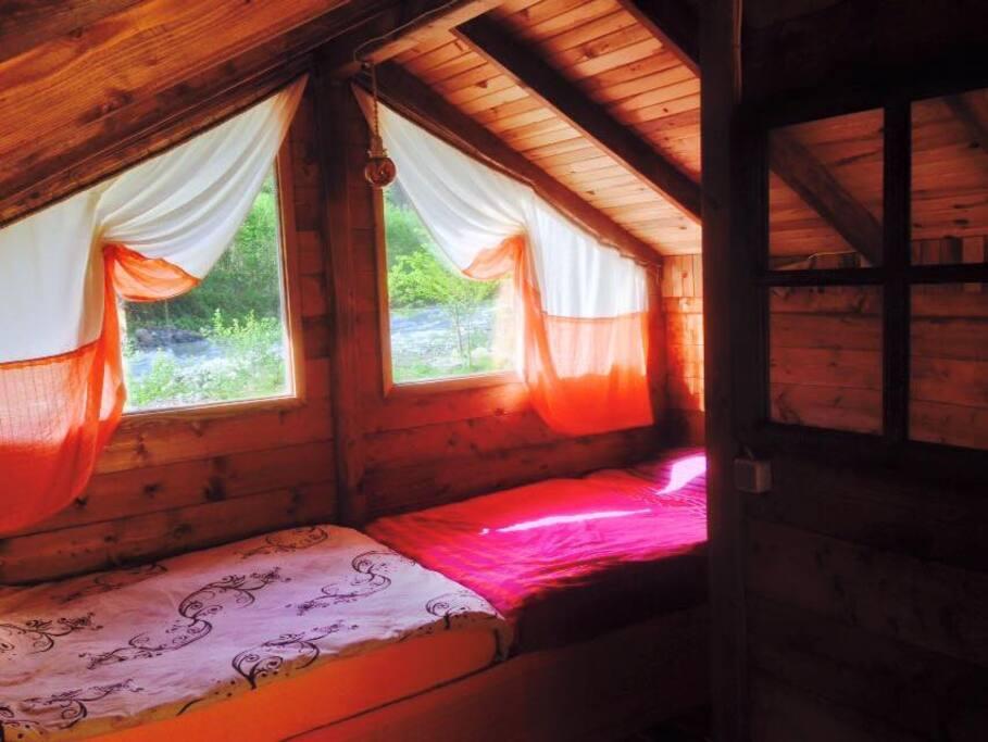 Çift kişilik duble ve single yataklı bungalovlarımızda banyo, tuvalet ve 24 saat sıcak su mevcut.