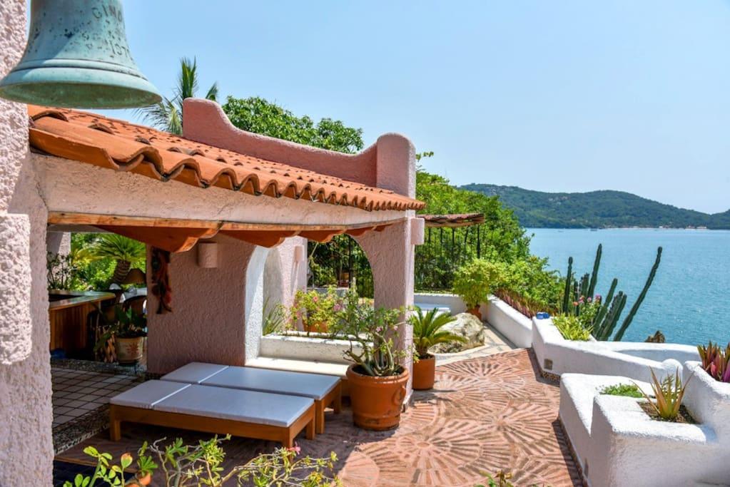 Villa overlooking la ropa beach villas for rent in for Villas ximena zihuatanejo