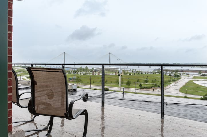River View!  Upscale 2BR/2BA Loft w/deck - อัลตัน