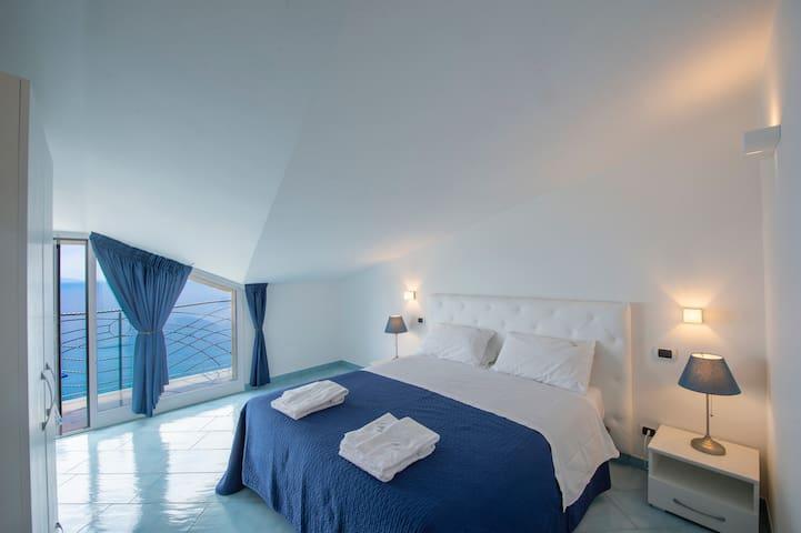 Camera da letto con vista mare 2