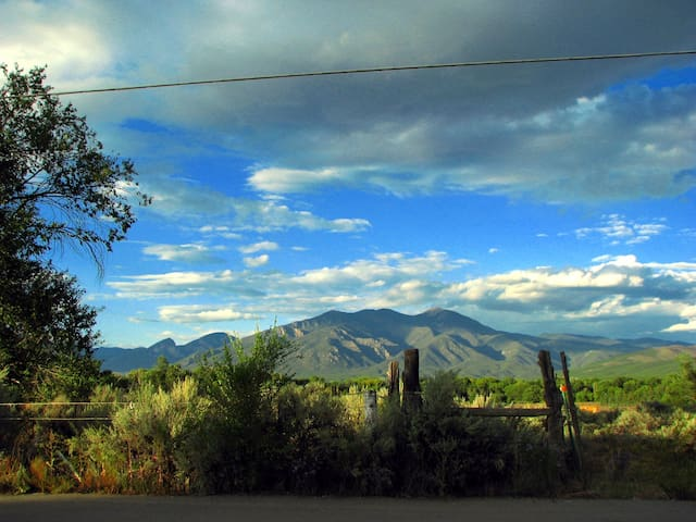 Intown Guest Cottage with view of Taos Mountain - Taos - Chalet