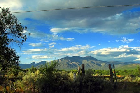 Intown Guest Cottage with view of Taos Mountain - Taos