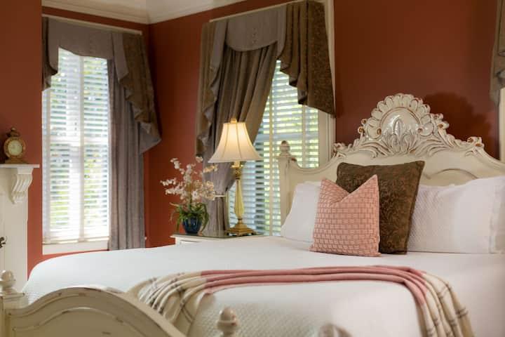 Luxurious Corner King Size Guestroom overlooking Liberty Street