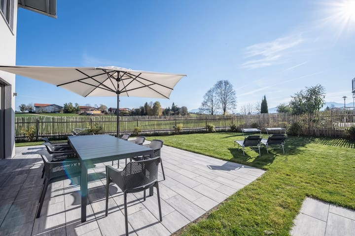 Luxurious design holiday home with mountain view, fireplace and garden; parking available