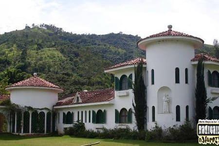 Monte Alegre do Sul casa com vista para cachoeira - Monte Alegre do Sul - 小木屋