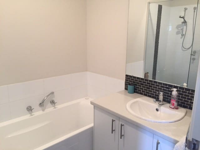 Brand new 3 bed 2 bath family house in Cloverdale. - Cloverdale - House