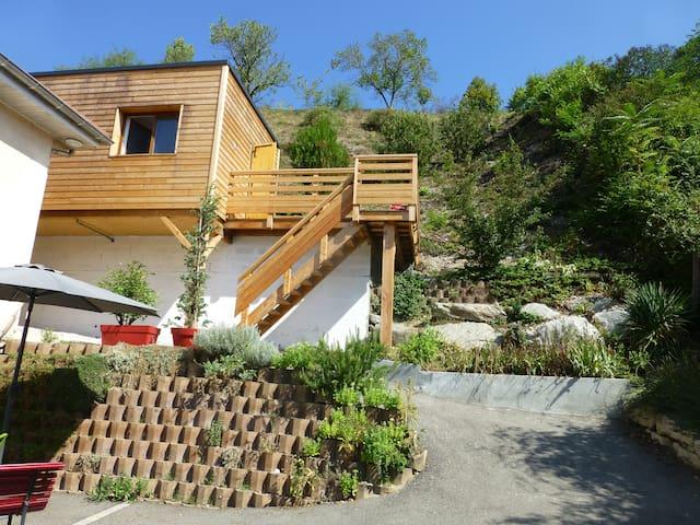 Chalet en bois à VOIRON, terrasse, vue.