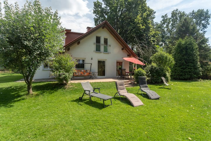 Wandlitz: Huge family cottage next to lake