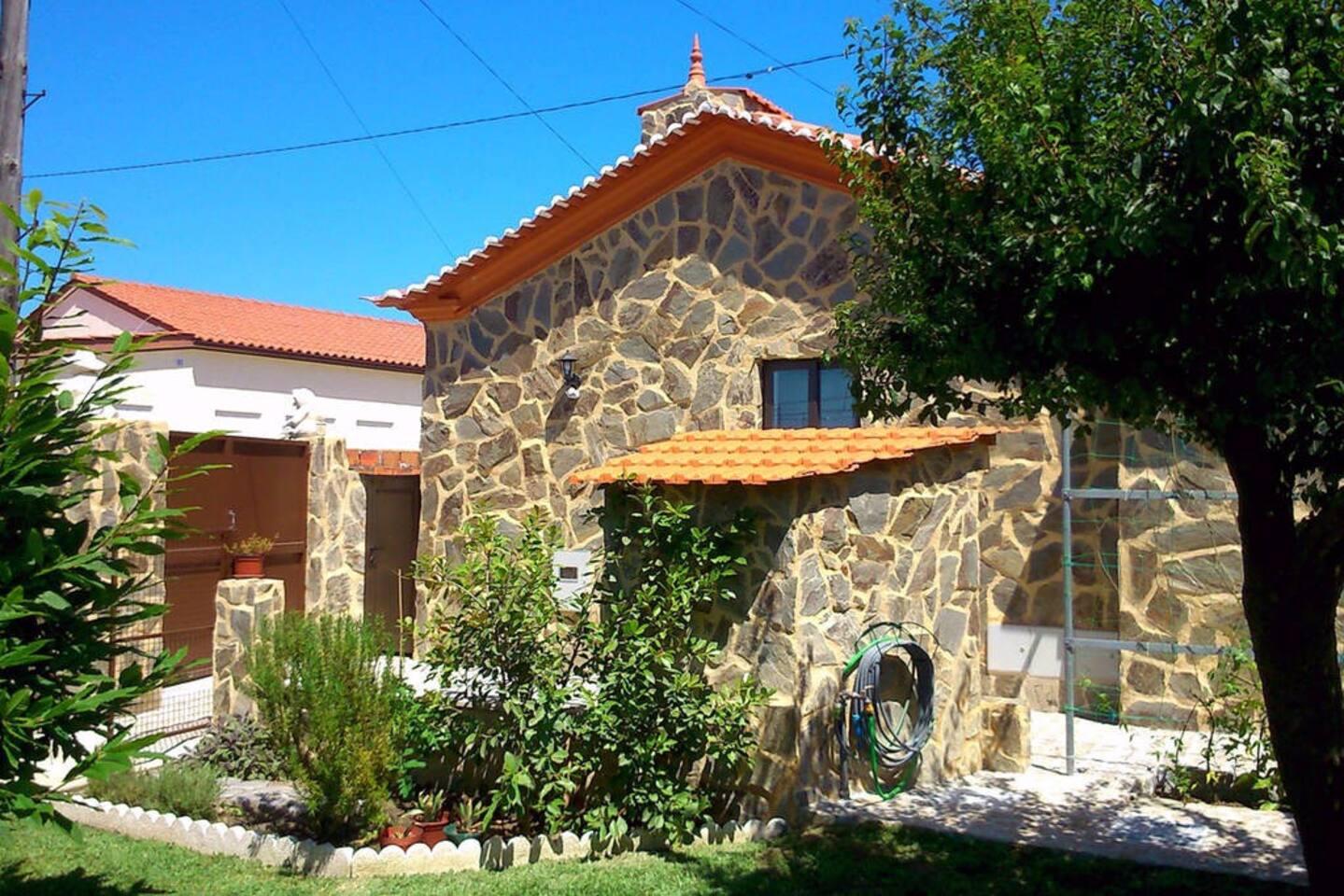 Maison rustique entièrement rénovée, réservée en 3 appartements côtes à côtes, avec entrée et terrasses privatives plein sud