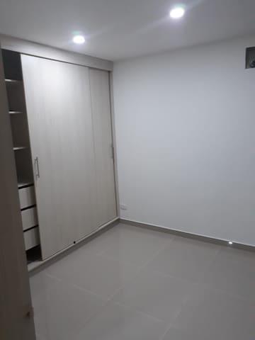 Clóset equipado con todos los servicios incluyendo caja de seguridad