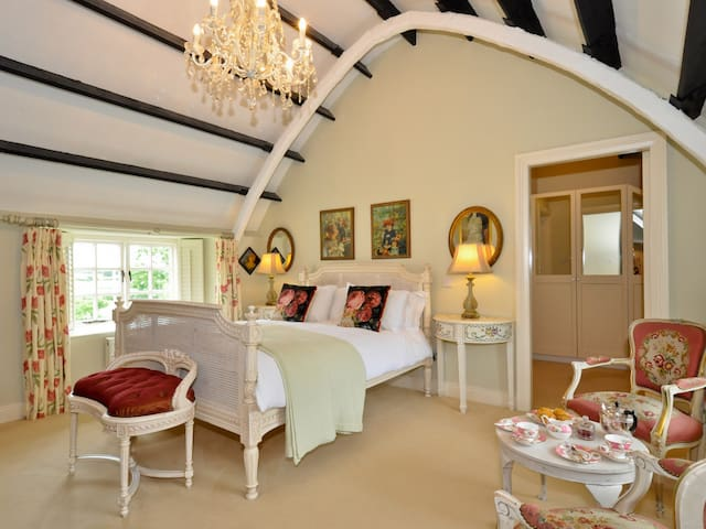 Luxurious King Room in Picturesque Boutique B&B