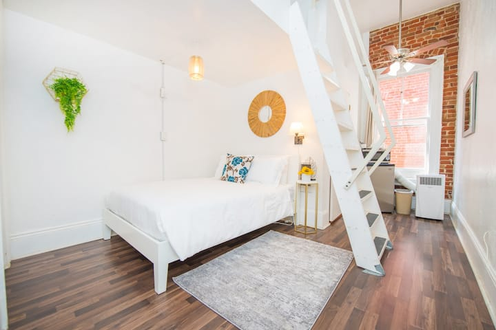 Loft w/ 2 Double Beds in the Heart of Downtown!