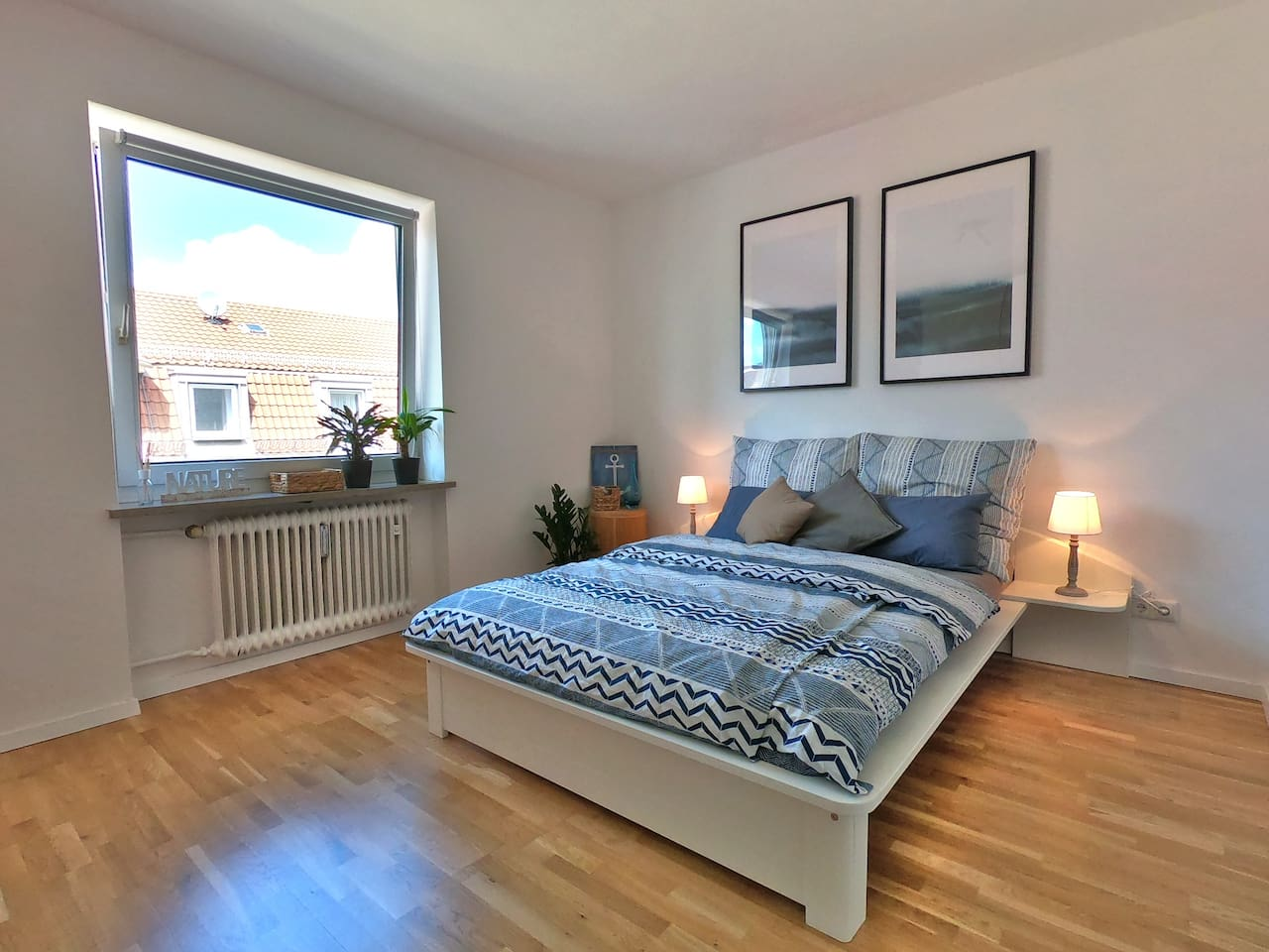 Guest room - Bright and modern guest room with parquet floor. Includes bed, USB-multicharger, wardrobe and table lamps. In addition to the Picture there is a table, 2 chairs and curtains.