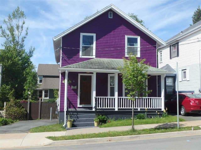 Quaint Purple House on Pine, Downtown Dartmouth - Dartmouth - Casa