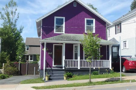 Quaint Purple House on Pine, Downtown Dartmouth - Dartmouth