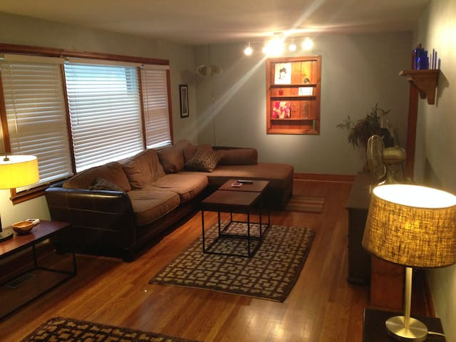 2 Bed Room w Pool Table! 3 min to Downtown Cola! - West Columbia