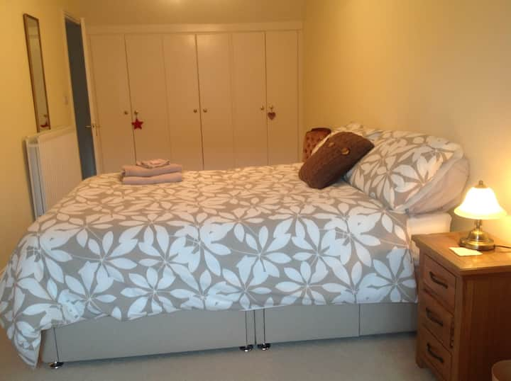 Lovely king size room for two near Goodwood