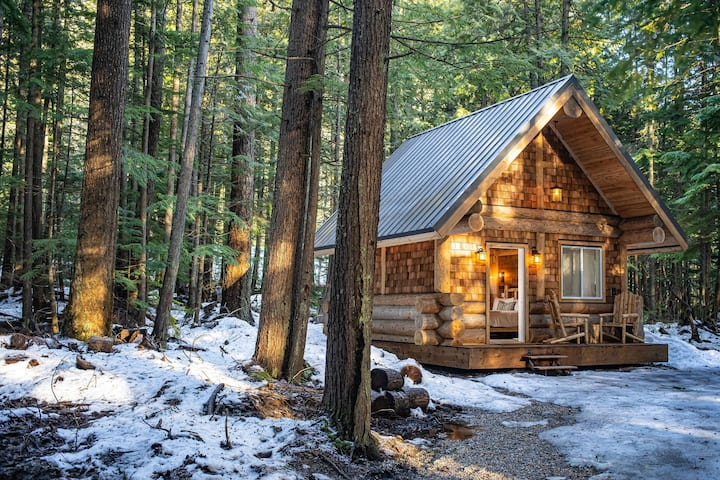 Cozy Log Glamping Cabin (no in-suite bathroom)