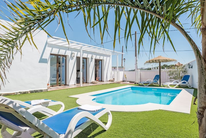 Modern holiday home with pool - Casa Capricho
