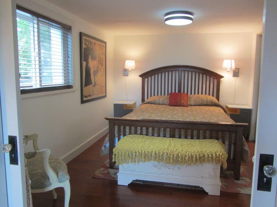 beautiful comfortable queen size bed