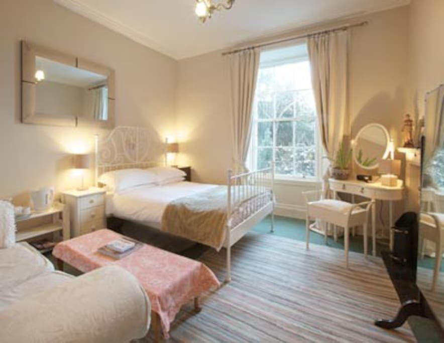 Calm and restful main bedroom with garden view