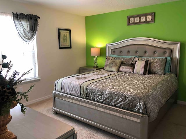 Luxury bed,  Private bath. Resort close Disney.