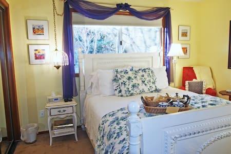 Wisteria Room-Queen bed & b'fast - Sacramento