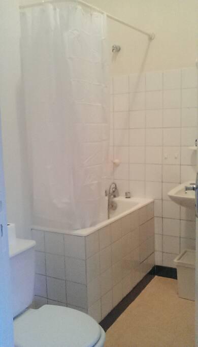 Salle de bain spacieuse.