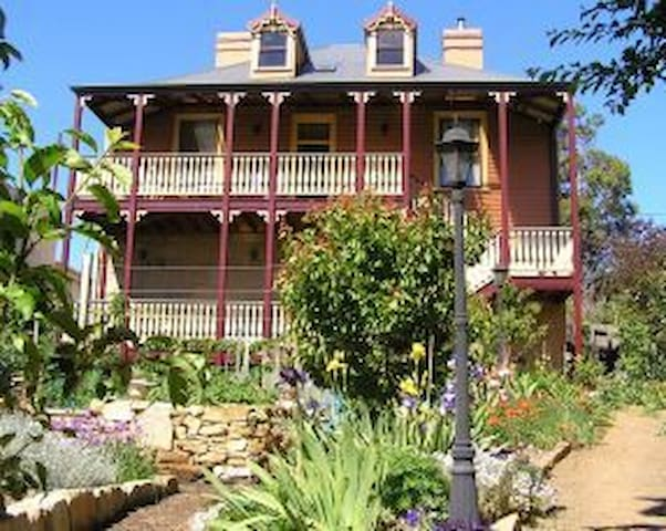 Heritage accommodation with a Queen bed - New Town - Bed & Breakfast