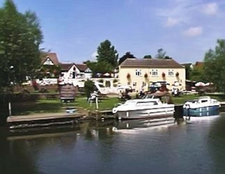 The River Avon and the delightful Fleet Inn are 200 metres from the property. The food is very good.