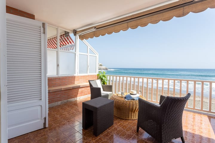 Apartment with terrace on the beachfront.