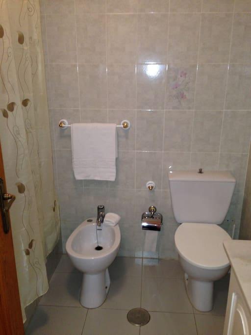 Cuenta con 2 baños completos