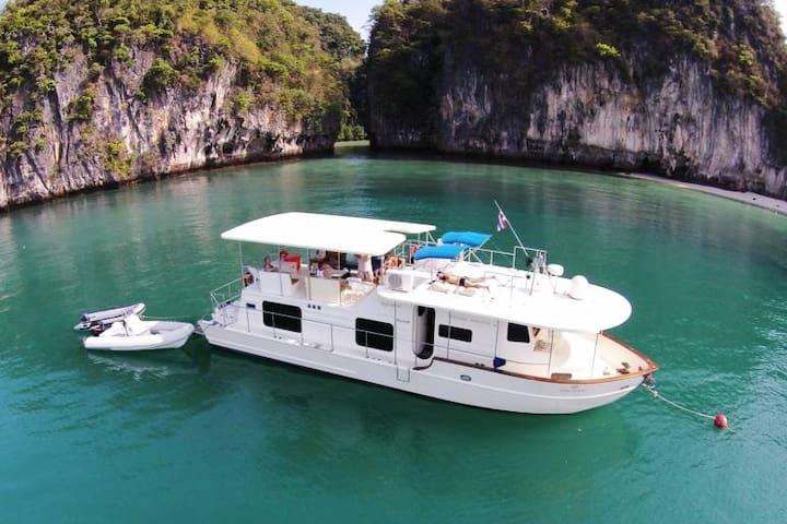 Motor yacht Hakuna Matata