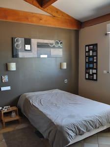 Jolie chambre privé avec piscine-jardin pour 2 - Villetelle - House