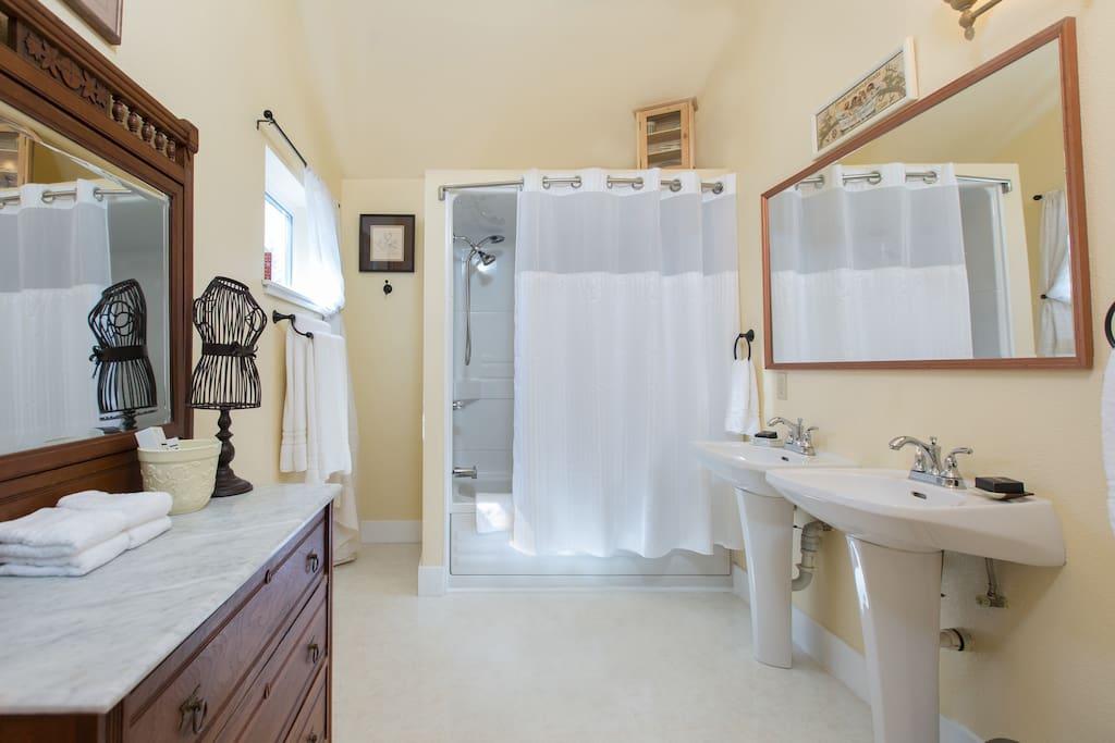 Full & spacious private en suite bathroom with jacuzzi tub