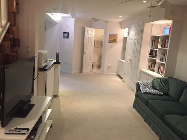 Private large modern basement. Close to metro - Rockville - Casa