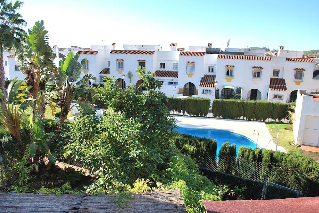 Vistas desde la terraza a jardines comunes y piscina. View from the terrace to the comunity gardens and swimingpool.