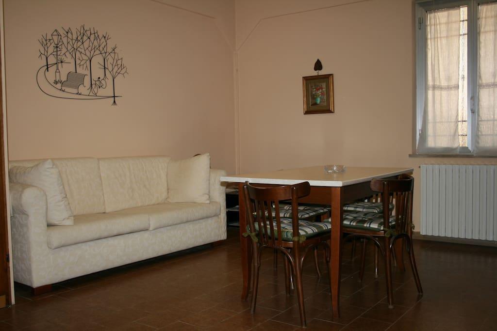 Cucina appartamento Mimosa con divano letto matrimoniale