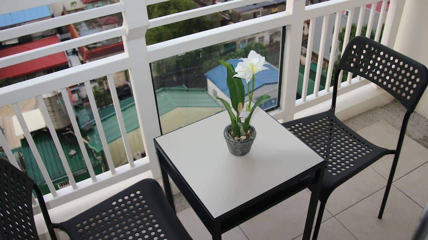 Cozy 1BR with 2 Balconies, Great Pools, Fast Wifi