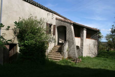 maison traditionnelle larzac jardin - Cornus