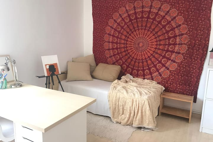 Room with chill mood at 15 min to Barcelona center