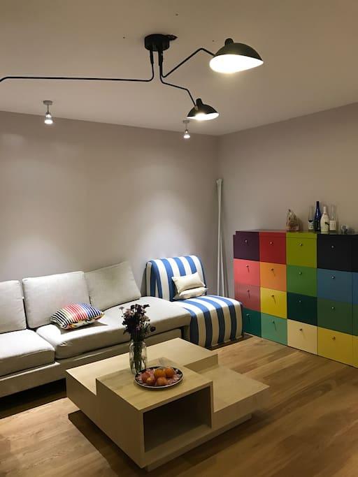 宽敞大客厅,舒适靠背沙发,最适合窝在里头看书发呆 Spacious living room with cozy sofa