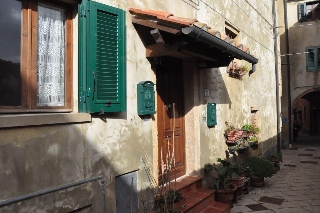 L'ingresso della casa, sulla pedonale via del Mandorlo