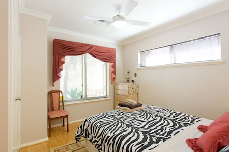 Carine/Karrinyup- Sunny Mediterranean Retreat - CARINE - Bed & Breakfast