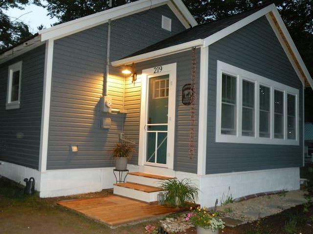 Dutch harbor van huis cottage 4 cabins for rent in for Cabin rentals mackinaw city