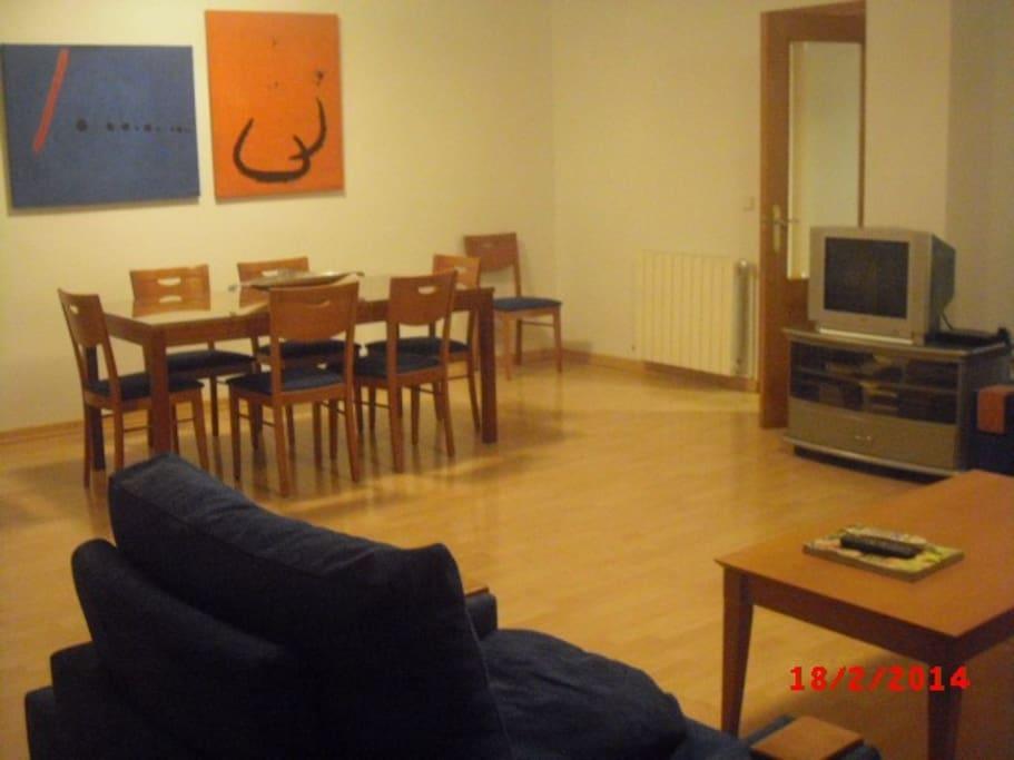 salón-comedor huéspedes con TV, wifi, aire acondicionado, terraza (fumadores)