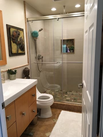 Quiet and Clean Bedroom with twin beds. - Lake Forest - Hus