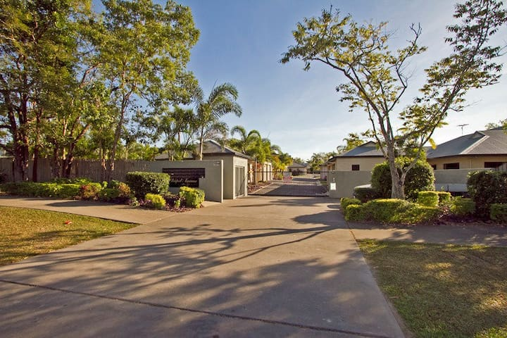 Private room in lovely complex just 10 mins to CBD - White Rock - Leilighet