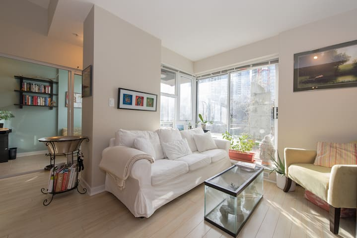 2br Gastown Condo w/ Hot Tub, Sauna & Free Parking - Vancouver - Apartmen